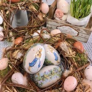 Påskkrans med Ägg och Fjädrar